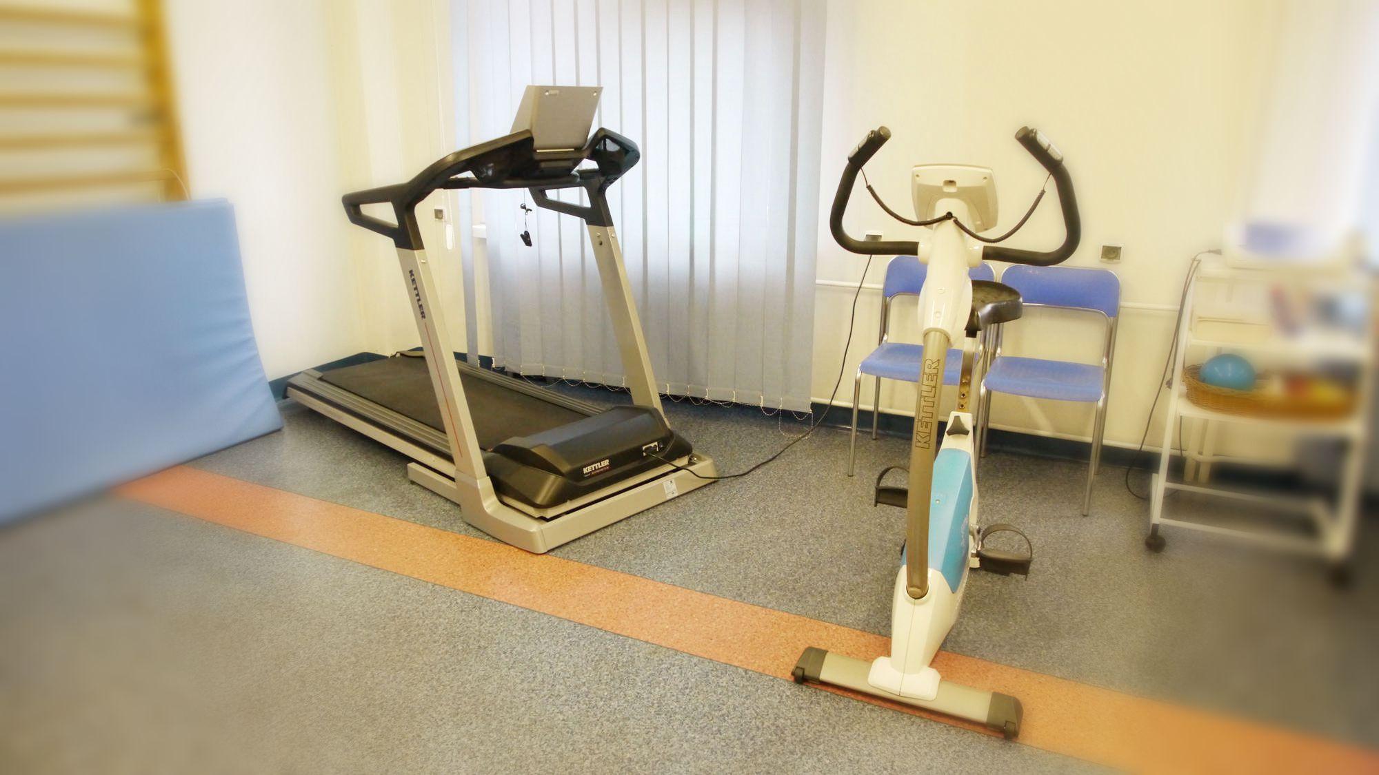 rowerk i bieżnia w sali rehablilitacyjnej