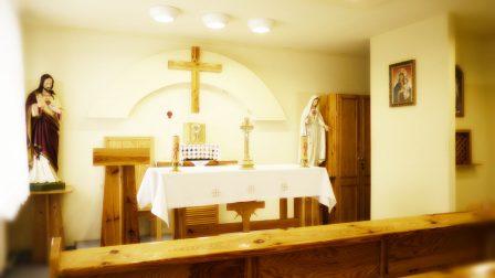 na zdjęciu wnętrze kaplicy ołtarz
