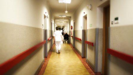 na zdjęciu korytarz z oporęczowaniem dla osób niepełnosprawnych