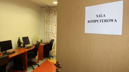 na zdjęciu na pierwszym planie uchylone drzwi z napisem sala komuterowa