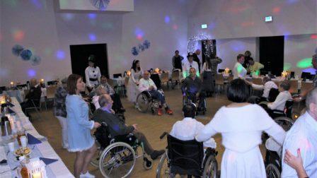 na zdjęciu sala z tańczącymi osobami