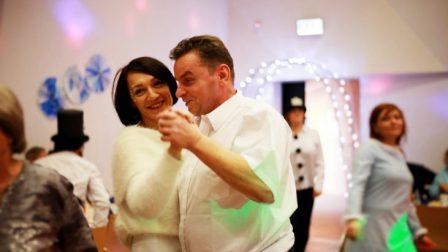 na zdjęciu usmięchnięta kobieta i mężczyzna tańczą w parze