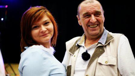 na zdjęciu uśmiechnięta kobieta i mężczyzna pozują do zdjęcia