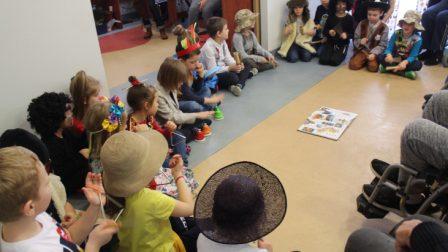 na zdjęciu przedszkolaki prezentują swój występ arystyczny