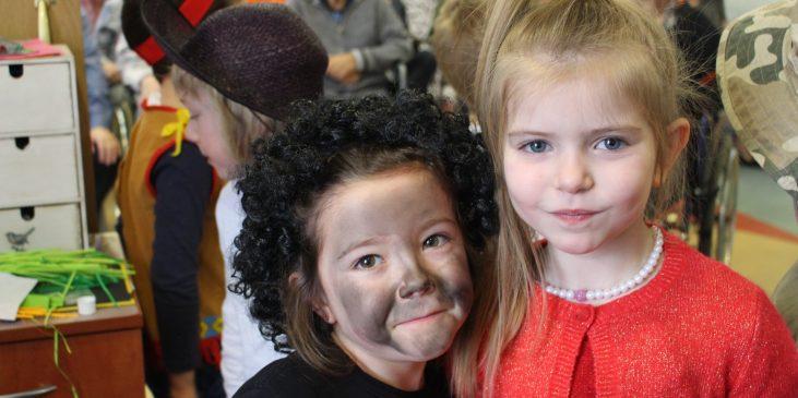 na zdjęciu dwie dziewczynki pozują do zdjęcia