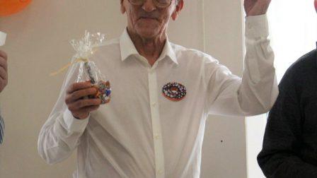 na zdjęciu mężczyzna cieszy się z wygranej w konkursie