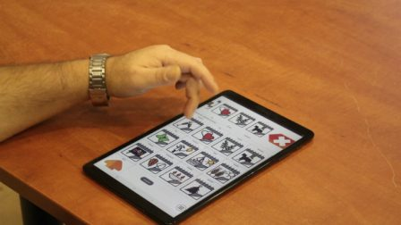 na zdjęciu tablet z uruchomionym programem mówik