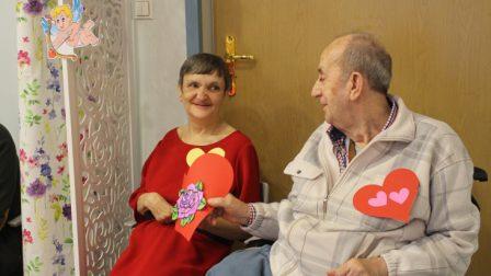 na zdjęcia uśmiechnięta kobieta otrzymuje walentynkę od mężczyzny