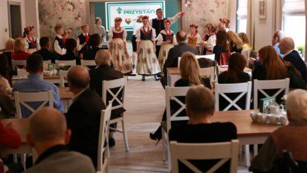na zdjęciu zgromadzeni oglądają występ artystów z Zespołu Pieśni i Tańca Tysiąclatki