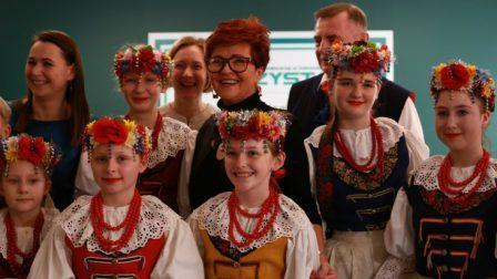 na zdjęciu Jolanta Kwaśniewska pozuje z artystami z Zespołu Pieśni i Tańca Tysiąclatki