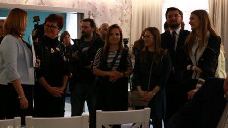 na zdjęciu goście w tłumie dziennikarzy