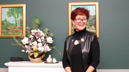 na zdjęciu uśmiechnięta Jolanta Kwaśniewska