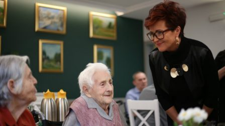 na zdjęciu Jolanta Kwaśniewska rozmawia z mieszkańcami DPS