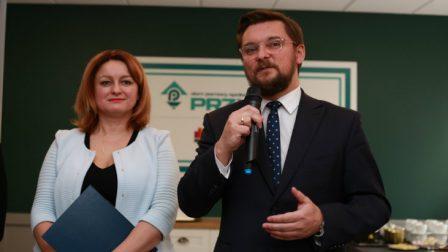 na zdjęciu przemawia prezydent Katowic Marcin Krupa, obok stoi dyrektor DPS Anna Piotrowska