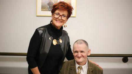 na zdjęciu Jolanta Kwaśniewska pozuje z mieszkańcem DPS