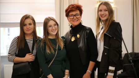 na zdjęciu Jolanta Kwaśniewska pozuje ze studentkami Wyższej Szkołych Technicznej w Katowicach