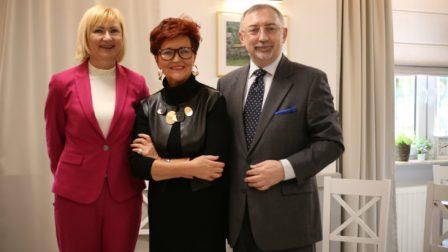 na zdjęciu 3 osoby, od lewej Małgorzata Moryń-Trzęsimiech, Jolanta Kwaśniewska, Jerzy Woźniak