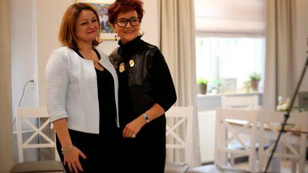 na zdjęciu Jolanta Kwaśniewska pozuje z dyrektorem DPS Anną Piotrowską