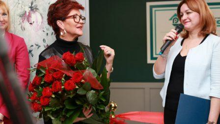 na zdjęciu Jolanta Kwaśniewska z bukietem róż, obok dyrektor DPS Anna Piotrowska