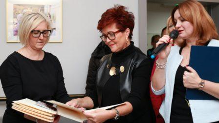 na zdjęciu trzy kobiety, od lewej dyrektor fundacji Jolanty Kwaśniewskiej, Jolanta Kwaśniewska, Dyrektor DPS Anna Piotrowska