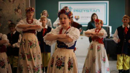 na zdjęciu artyści z Zespołu Pieśni i Tańca Tysiąclatki