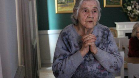 na zdjęciu modląca się kobieta