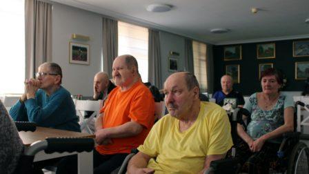 na zdjęciu mieszkańcy siedzą w jadalni