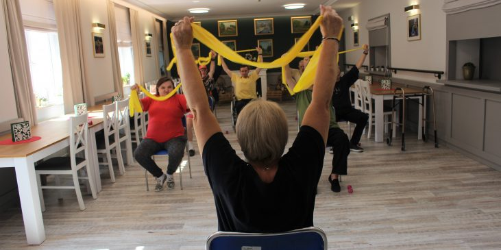 na zdjęciu znajduje się grupa ćwiczących mieszkańców