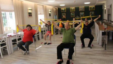 na zdjęciu znajdują się ćwiczący mieszkańcy