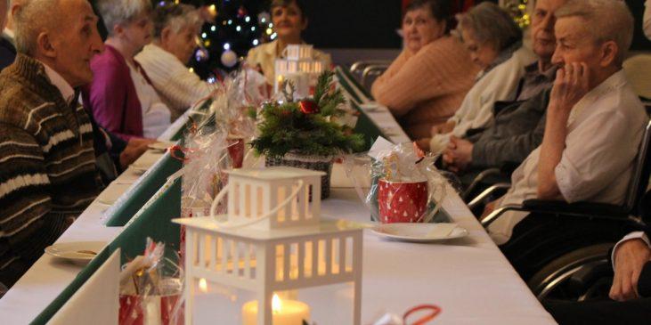 Na zdjęciu znajdują się mieszkańcy siedzący przy stole wigilijnym.